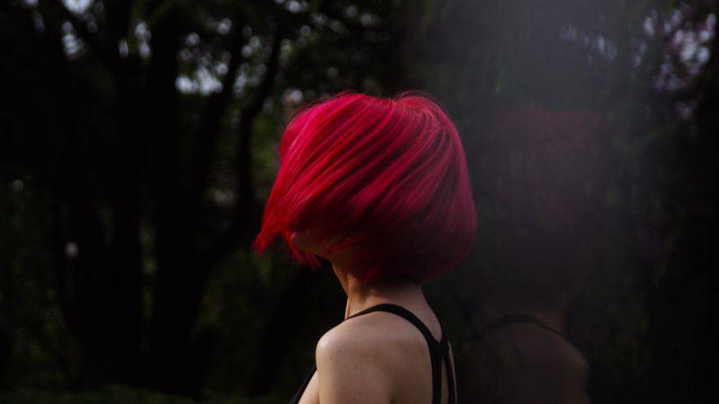 Femme de profil avec des cheveux courts et rouges