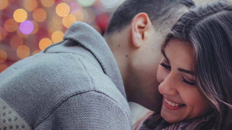 Couple enlacé | 5 idées cadeaux pour l'amour de votre vie | Place du Centre
